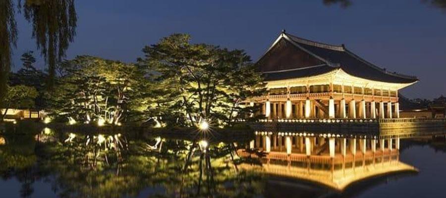 Edificio asiático reflejado en el agua